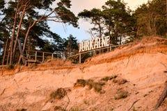 Sandigt fukta kusten på det baltiska havet i Jurkalne Royaltyfri Bild