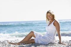 sandigt sittande kvinnabarn för strand Arkivbilder