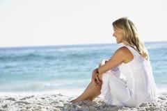 sandigt sittande kvinnabarn för strand Royaltyfria Bilder