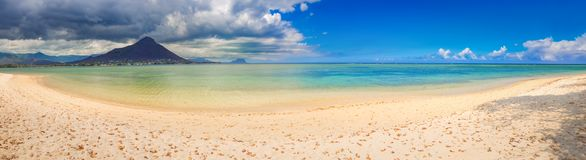 sandigt tropiskt för strand Härligt landskap panorama fotografering för bildbyråer