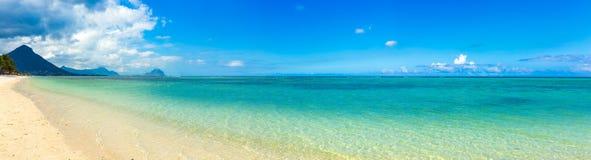 sandigt tropiskt för strand panorama arkivbild