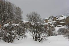 Sandiniés, pueblo, nevó las montañas, los Pirineos Fotos de archivo libres de regalías
