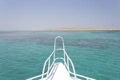 Sandinsel und Horizont vor einer Lieferung lizenzfreies stockfoto