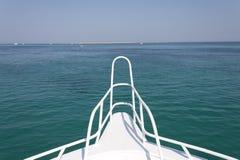 Sandinsel und Horizont vor einer Lieferung lizenzfreie stockfotografie