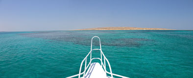 Sandinsel vor einer Lieferung lizenzfreie stockfotos