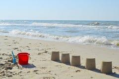Sandkakor på stranden royaltyfri foto
