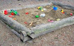 Sandkasten und Spielwaren für Kinder Stockbild
