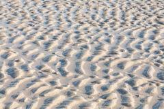 Sandkräuselungen auf dem Strand Lizenzfreies Stockfoto