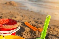 Sandleksaker på stranden Royaltyfria Bilder