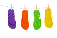 Sandles coloridos do flip-flop em um Clothesline fotos de stock