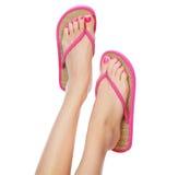 Sandálias cor-de-rosa engraçadas nos pés fêmeas Fotos de Stock Royalty Free