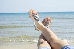 Sandálias das jovens mulheres Fotos de Stock Royalty Free