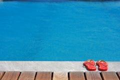 Sandálias pela piscina Fotos de Stock