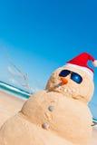 Sandman auf Strand mit Copyspace im Himmel Stockbild