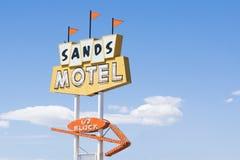 Sandmotell och tecken historiska Route 66 på nya lån - Mexiko, USA Royaltyfri Foto
