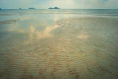 Sandmuster auf dem Strand und dem Sonnenuntergang Lizenzfreie Stockfotografie