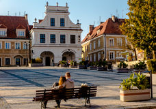 SANDOMIERZ POLEN 16 Oktober, 2015 : Fred och vilar på den gamla stadfyrkanten i Sandomierz, Polen Royaltyfri Foto