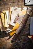 Sandpapers de différentes couleurs sur la vieille menuiserie du bois image libre de droits