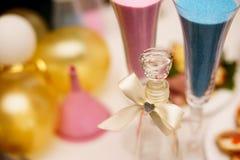 Sandpappra ceremoni på bröllop, den glass vasen för brud och brudgum selektiv fokus Arkivbild