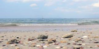 Sandpappra havet och himmel en strandbakgrundsbild Royaltyfri Foto