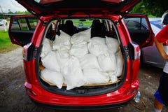 Sandpappra påsen i en bil för flodskydd arkivbild