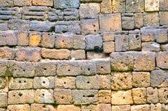 Sandpappra stenen i delen av väggen, historisk muangsing för prasat parkerar i Kanchanaburi, Thailand royaltyfri fotografi