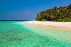 Sandpappra strand- och havvågen, södra manlig atoll Maldiverna Arkivfoton