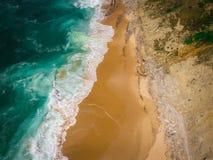 Sandpappra strandantennen, bästa sikt av ett härligt antennskott för sandig strand med blåttvågorna som rullar in i kusten Royaltyfri Fotografi