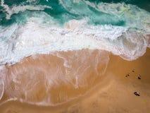 Sandpappra strandantennen, bästa sikt av ett härligt antennskott för sandig strand med blåttvågorna som rullar in i kusten Royaltyfria Foton
