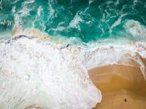 Sandpappra strandantennen, bästa sikt av ett härligt antennskott för sandig strand med blåttvågorna som rullar in i kusten Arkivbilder