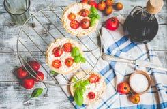 Sandpappra tarts med getost och körsbärsröda tomater, vegetarisk mat Royaltyfri Foto