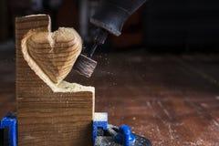 Sandpappra wood hjärta Arkivbild