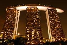 Sandpapprar hotellet på natten i singapore Royaltyfri Fotografi