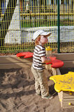 sandpit的男孩 免版税库存照片