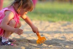 女孩一点使用的sandpit 免版税图库摄影
