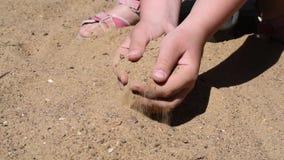 Sandpit con el juego de la arena con su niño en flojo, lija (en seco) almacen de video