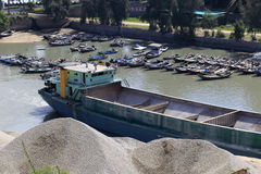 Sandpråm som lastar av på skeppsdockan Arkivfoton
