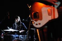 Sandra Vu, anche conosciuta come sabbiosa, batterista delle ragazze di Dum Dum Fotografia Stock Libera da Diritti