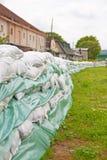 Sandsäckar för flodförsvar Royaltyfri Bild