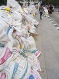 Sandsäcke am Bürgersteig. Stockfoto