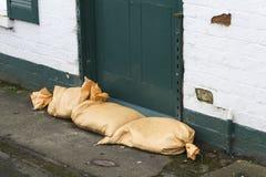 Sandsäcke an der Tür für Hochwasserschutz stockfotografie