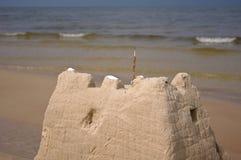 Sandschloß auf dem Strand Lizenzfreie Stockfotos