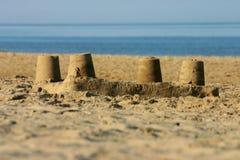 Sandschloß auf einem Strand. Stockfotos