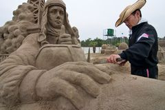 Sandsculpture Künstler, die an seiner Skulptur arbeiten Stockbilder