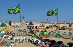 Sandskulptur in Rio de Janeiro mit brasilianischer Flagge Lizenzfreies Stockbild