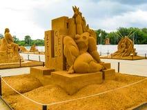 SandskulpturSTORVERK AV MÄNSKLIGHET royaltyfri bild