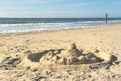Sandslott på den Texel stranden Royaltyfri Bild