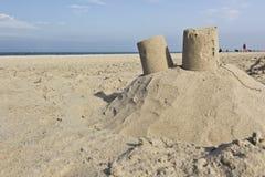 Sandslott på en strand Arkivfoto