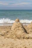 Sandslott på stranden med havet i bakgrund Royaltyfri Fotografi