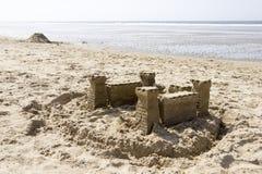 Sandslott på stranden, Nordsjön, Nederländerna Arkivbilder
